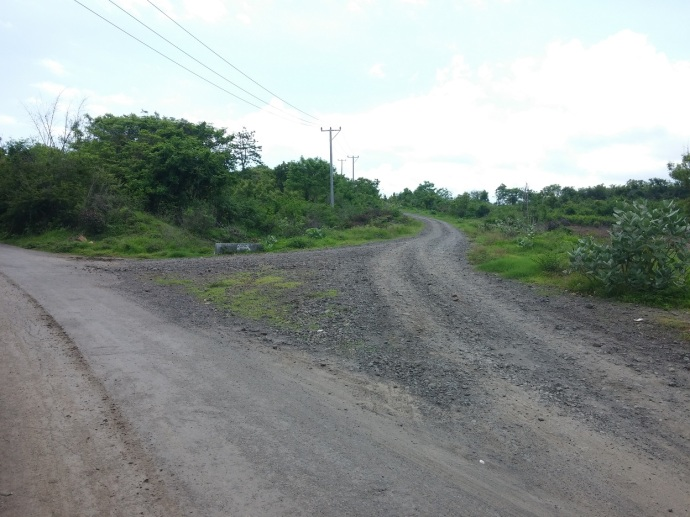 Setelah Melewati Kantor Desa Ekas, Belok Kanan untuk ke Jalanan Berkerikil