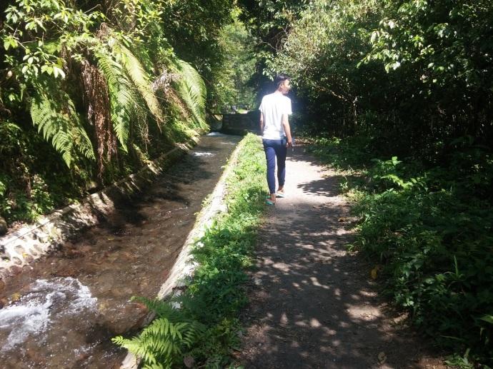 Berjalan Menyusuri Kanal Air