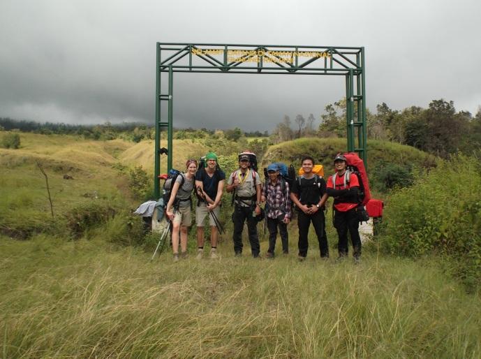 Gapura TNGR. Setiap hari banyak turis asing di Rinjani
