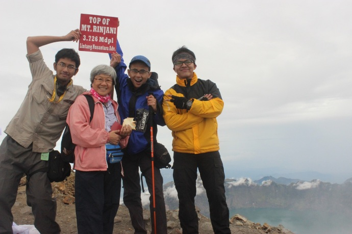 Bertemu seorang nenek berambut putih dari Malaysia yang mendaki ke puncak seorang diri