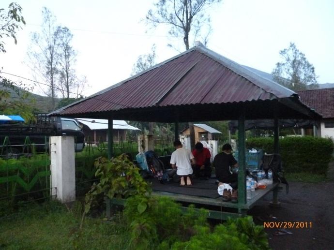 Saung di sekretarian TNGR bisa dimanfaatkan sebagai tempat istirahat dan bermalam