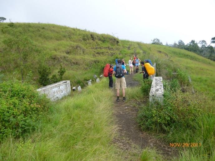 Perjalanan dari gerbang Sembalun ke Pelawangan melintasi lembahan-lembahan, sehingga banyak didirikan jembatan