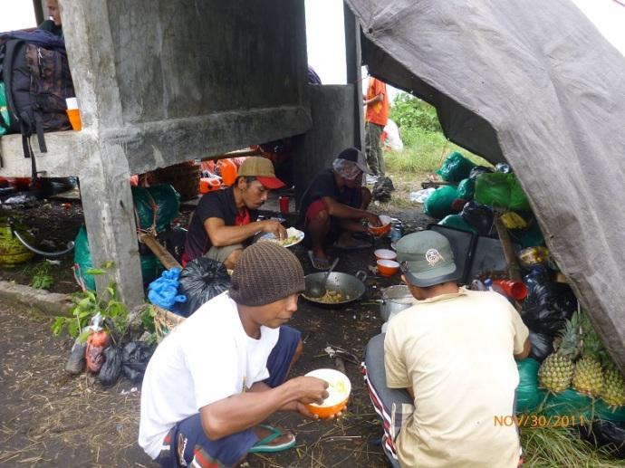 Para porter sedang menyiapkan makanan