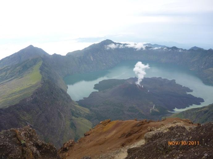 Kaldera Rinjani yang terisi air membentuk danau berbentuk bulan sabit