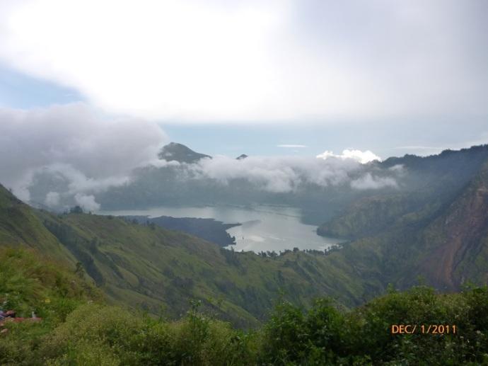 Danau Segara Anak dilihat dari pelawangan