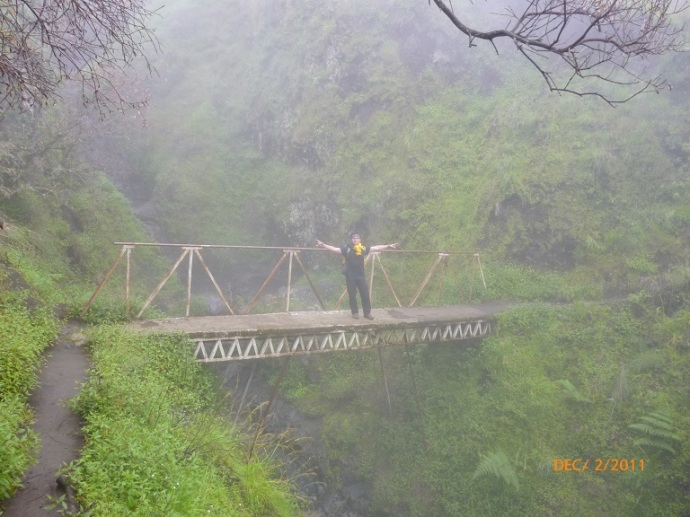 Menyeberangi lembahan dan jembatan