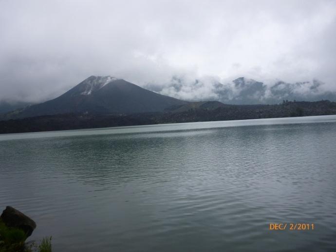 Gunung kecil di tengah-tengah danau