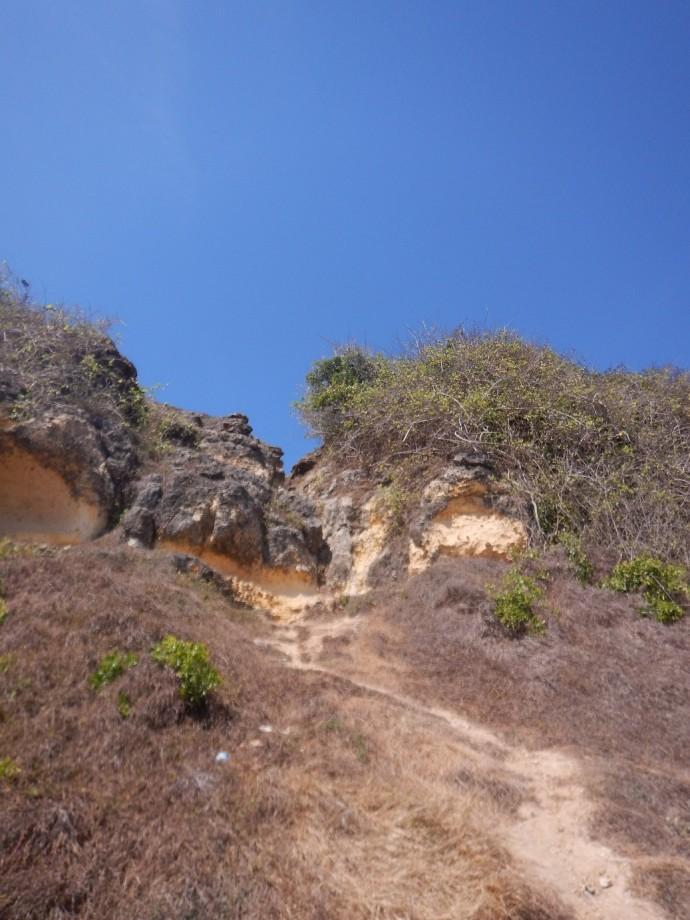 Jalan terjal ke bukit sebelah utara