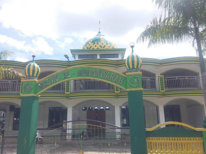 Masjid Besar di Kota. Karena Banyak Pendatang, Jumlah Masjid Ada Beberapa dan Suara Azan Dikumandangkan dengan Pengeras Suara