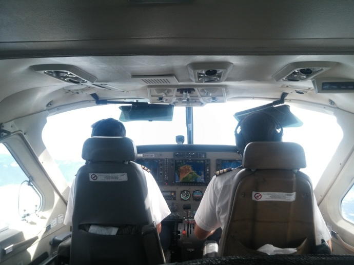 Duduk Tepat di Belakang Pilot