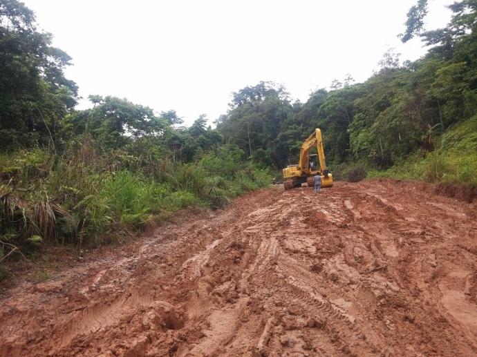 Kondisi Jalanan yang Berlumpur dan Licin antara Manokwari-Bintuni