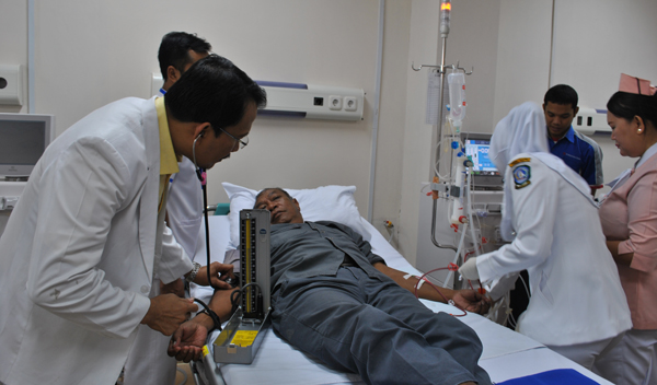 Dokter Memeriksa Pasien Sesuai dengan Keilmuannya