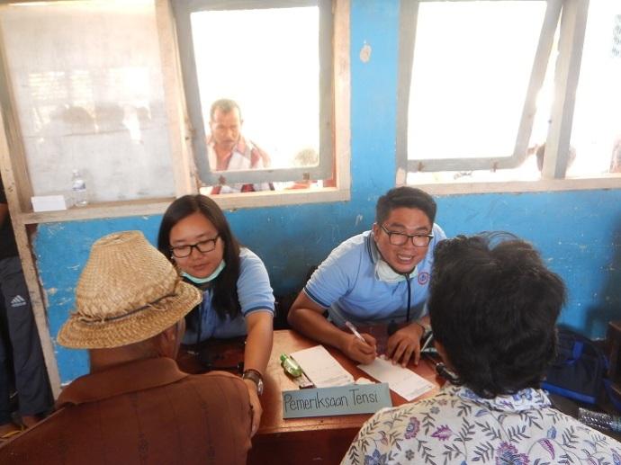 Dokter Internsip Melayani Pasien di Acara Baksos