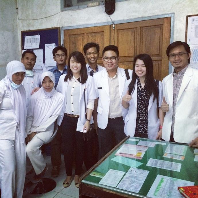 Dokter Internsip Bersama Dokter Tetap dan Para Perawat